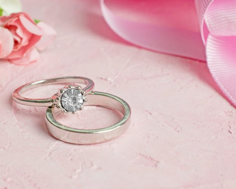 a-pair-of-silver-wedding-rings-9QRPBTH